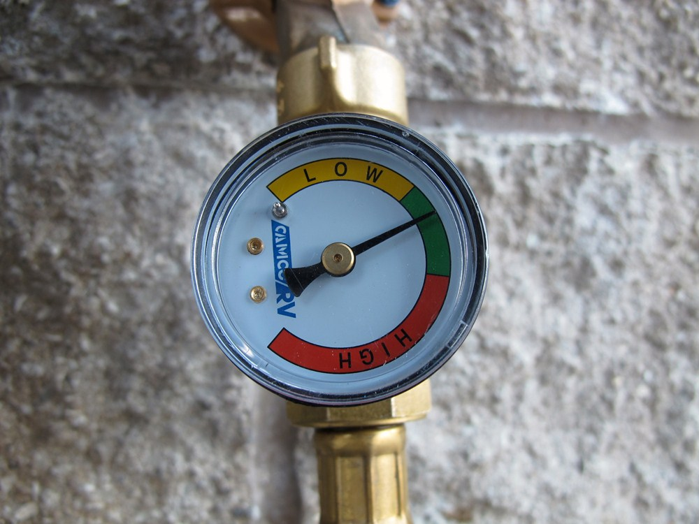 camco rv water pressure regulator w gauge brass camco plumbing cam40064. Black Bedroom Furniture Sets. Home Design Ideas
