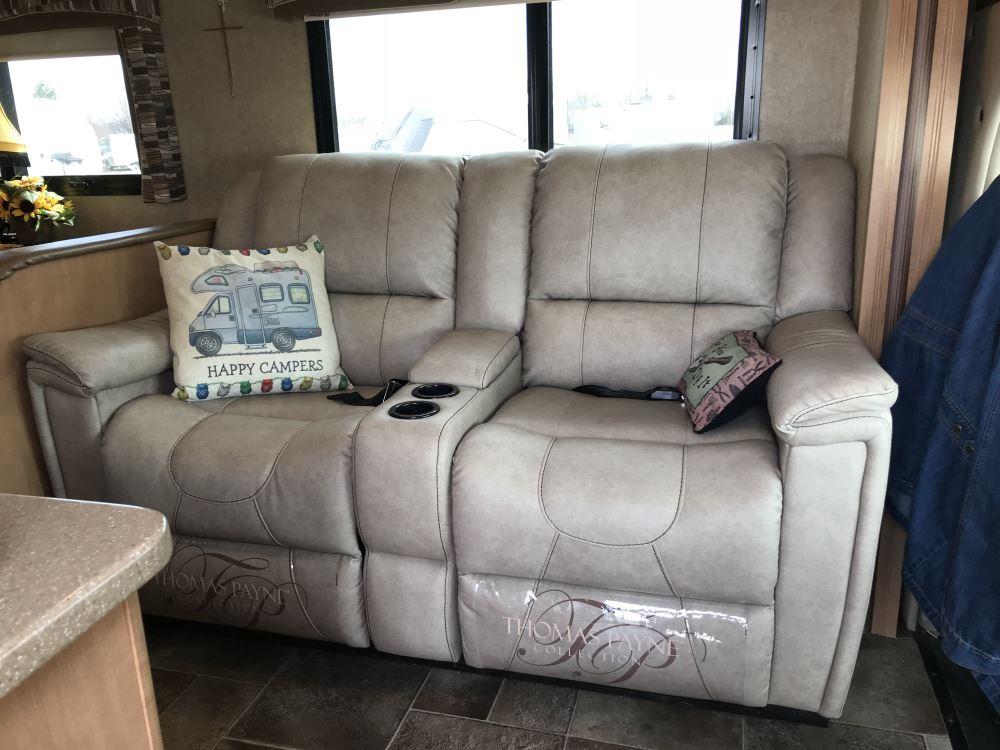 thomas payne rv dual reclining sofa w center console grantland doeskin thomas payne rv. Black Bedroom Furniture Sets. Home Design Ideas